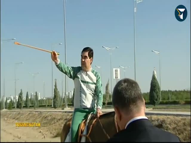 Президент Туркменистана верхом на коне осматривает пустой город