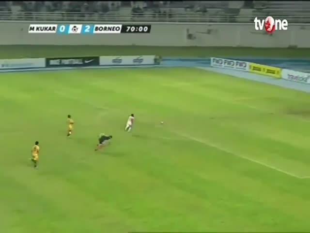 Индонезийский футболист Теренс Пухири продемонстрировал невероятную скорость бега