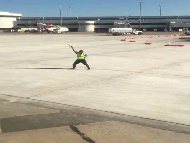 Креативный регулировщик в аэропорту Нью-Йорка