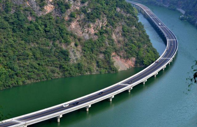 Мост, построенный вдоль реки (5 фото)