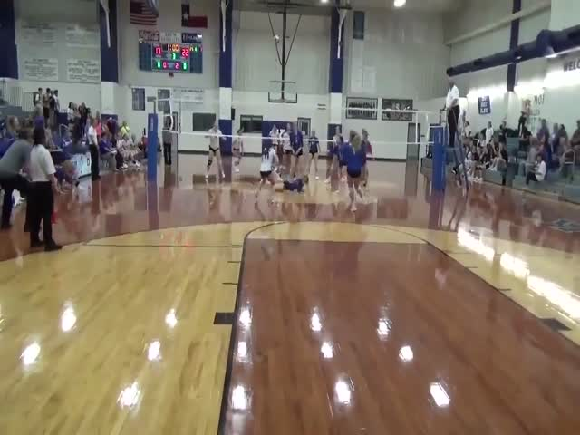 Эмоциональная концовка школьного матча по волейболу