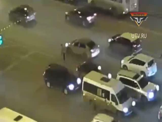 Полицейские перекрыли целый проспект ради пожилого пешехода