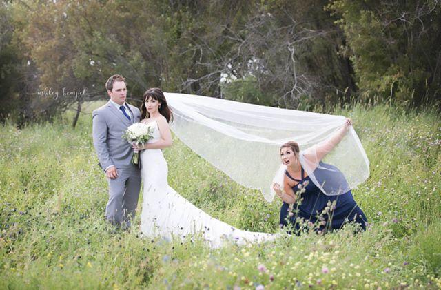 Подруга невесты добавила юмора в свадебные фото (3 фото)