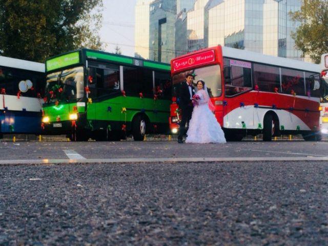 Свадебный кортеж из автобусов в Алматы (6 фото)