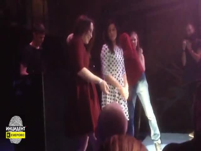 В Кемеровском клубе девушки разделись ради бутылки шампанского