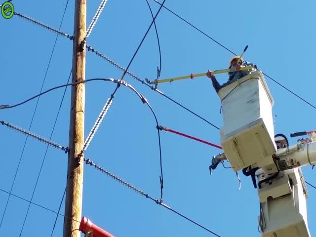 Электрики срезали кабель под напряжением