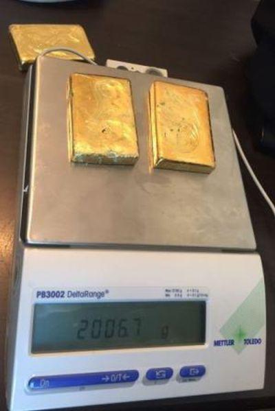 Китаец пытался вывезти из России почти 4 кг золота, спрятанного в обуви (фото + видео)