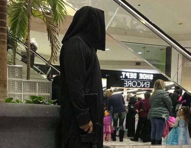 Неудачный костюм на Хэллоуин вызвал панику среди посетителей торгового центра в США (4 фото)