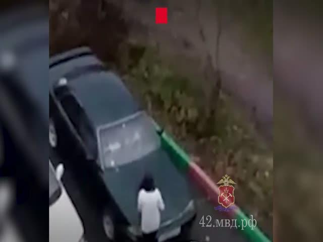 Женщина расправилась с машиной бывшего мужа при помощи сковороды