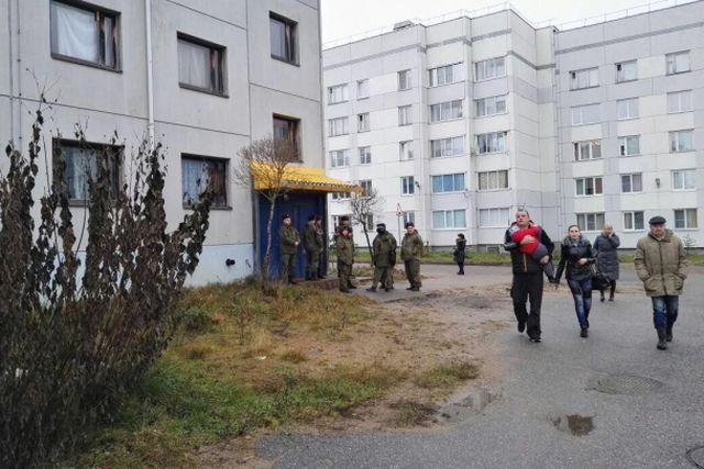 Военные не дали коммунальщикам отключить от отопления офицерское общежитие (4 фото)