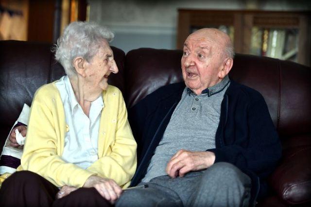 98-летняя женщина ухаживает за своим 80-летним сыном (3 фото)
