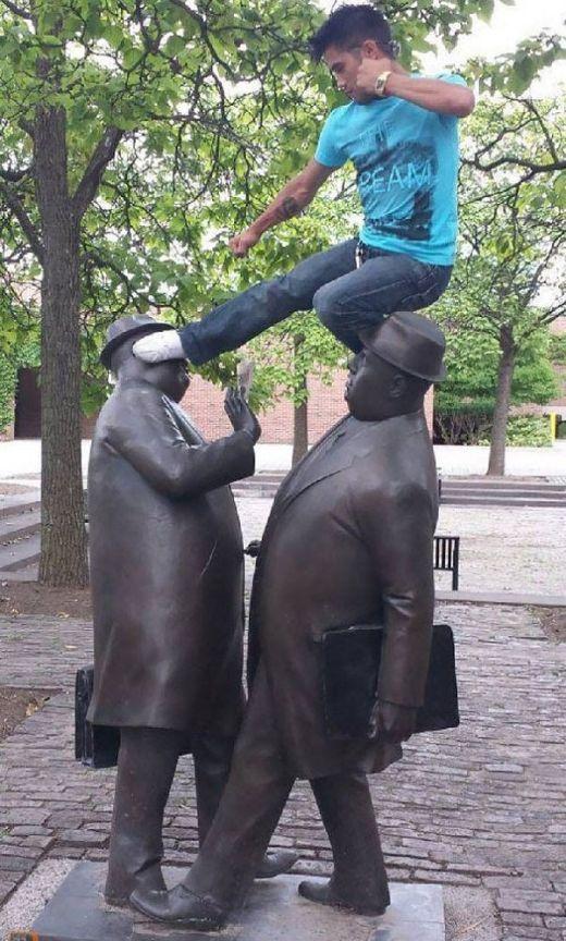Забавные фото со статуями (23 фото)