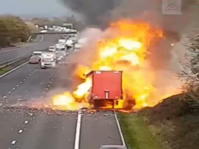 Пожар грузовика с аэрозолями на трассе в Великобритании