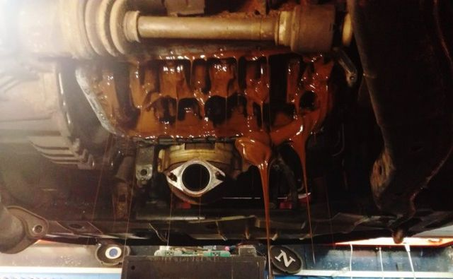 Что будет если залить антифриз в двигатель (3 фото)