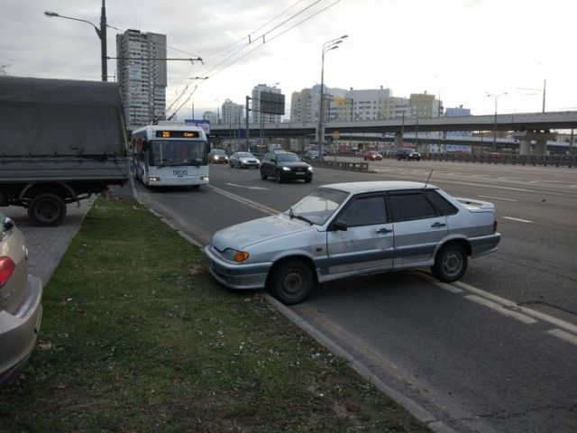 «Гений парковки» на проспекте Маршала Жукова в Москве (3 фото)