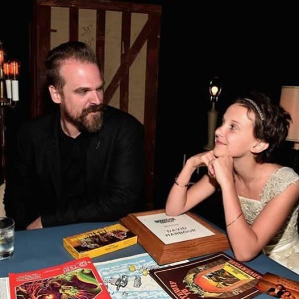 Фото, которые публикуют на своих страницах актеры сериала «Очень странные дела» (33 фото)