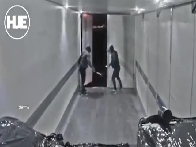 Шведские преступники грабят фуру на ходу