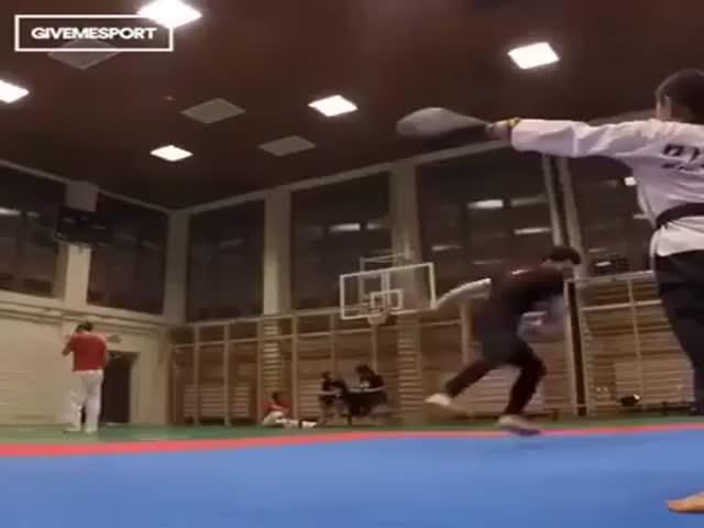 Азиатские бойцы-акробаты