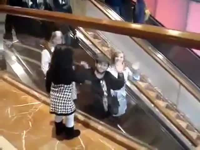 Девочка приветствует людей на эскалаторе