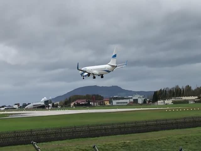 Самолет не смог приземлиться из-за сильного ветра