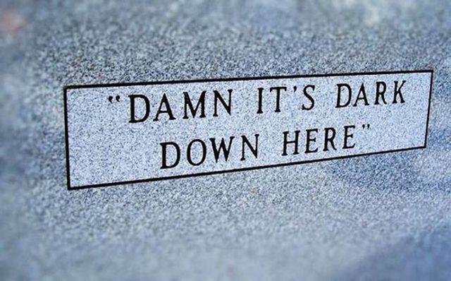 Необычные слова с надгробных плит (22 фото)