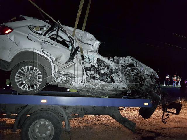 В Подмосковье электричка протаранила кроссовер BMW X5 (6 фото)