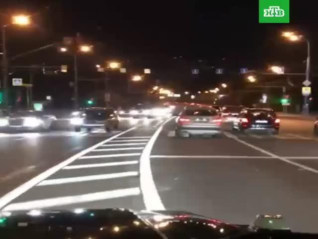 В Москве Mercedes-Benz Gelandewagen проехал по встречной полосе
