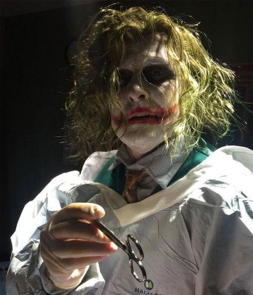 В США акушер принял роды в образе Джокера (3 фото)