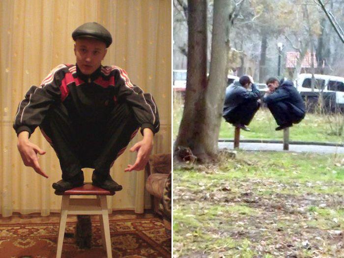 Сидит на корточках и показывает анус онлайн