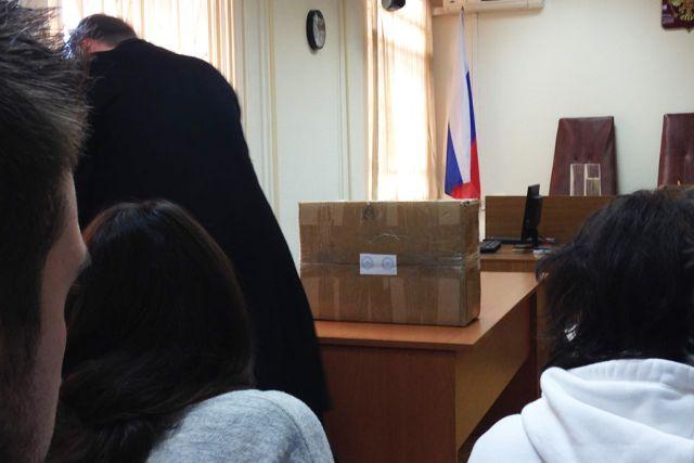 На суде над Алексеем Улюкаевым показали коробку с 2 миллионами долларов (3 фото)