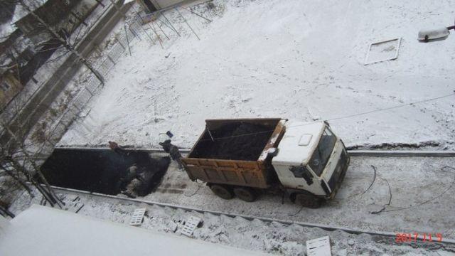 В Слободском Кировской области новый асфальт положили прямо на снег (2 фото)