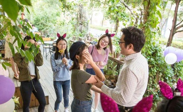 Китаец сделал предложение девушке, используя 25 смартфонов iPhone X (4 фото)