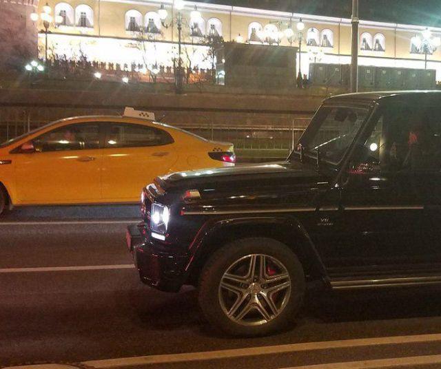 Объявление о пропавшей чихуахуа разместили на внедорожнике Mercedes-Benz Gelandewagen (2 фото)