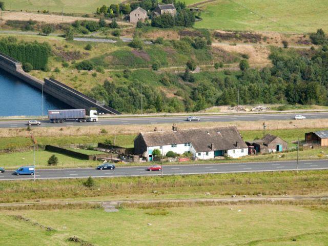 Стот-Холл - ферма посреди оживленной трассы (10 фото)