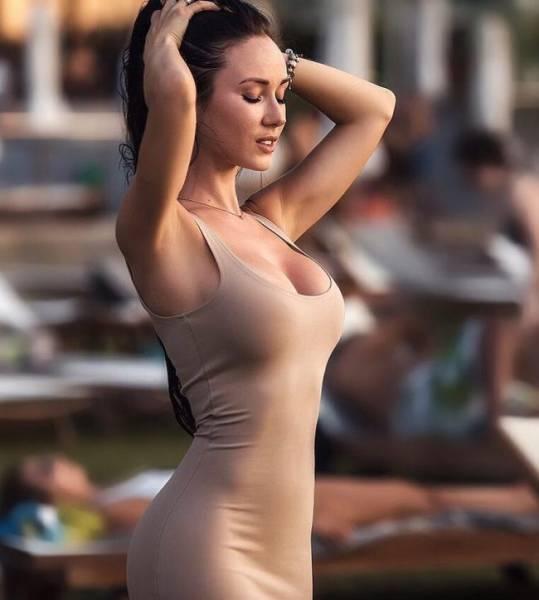 Стройные девушки в обтягивающих платьях (38 фото)