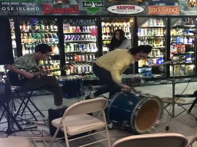 Выступление в магазине алкогольной продукции