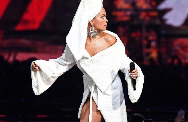 Рита Ора в банном халате на церемонии MTV Europe Music Awards-2017 (7 фото)