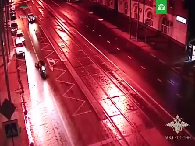 Грабители протащили девушку по асфальту за мотоциклом