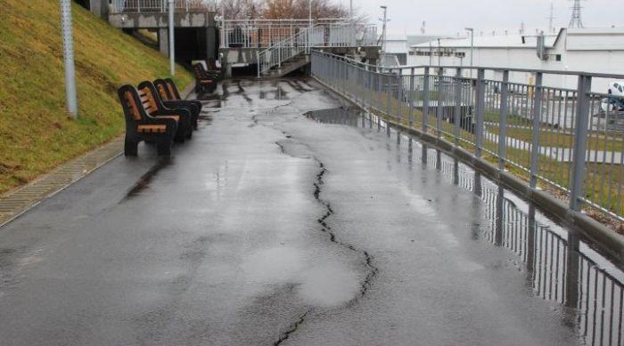 В Нагорном парке Барнаула треснул асфальт (6 фото)
