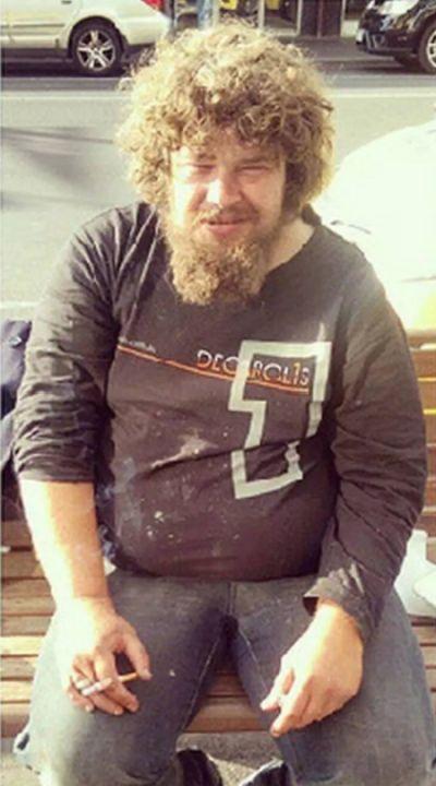 Преображение бездомного мужчины (2 фото)