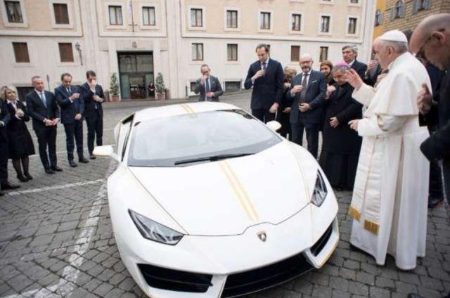 Подаренный папе Римскому суперкар Lamborghini Huracan продадут на аукционе (3 фото)