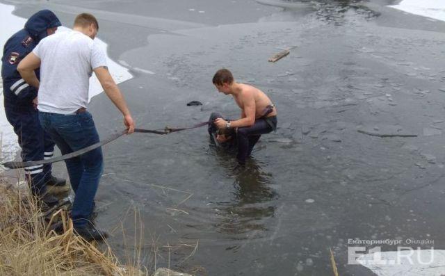 В Екатеринбурге парень бросился в ледяную воду, чтобы спасти тонущего рыбака (фото + видео)