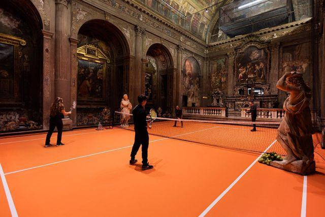 В миланской церкви соорудили теннисный корт (7 фото)