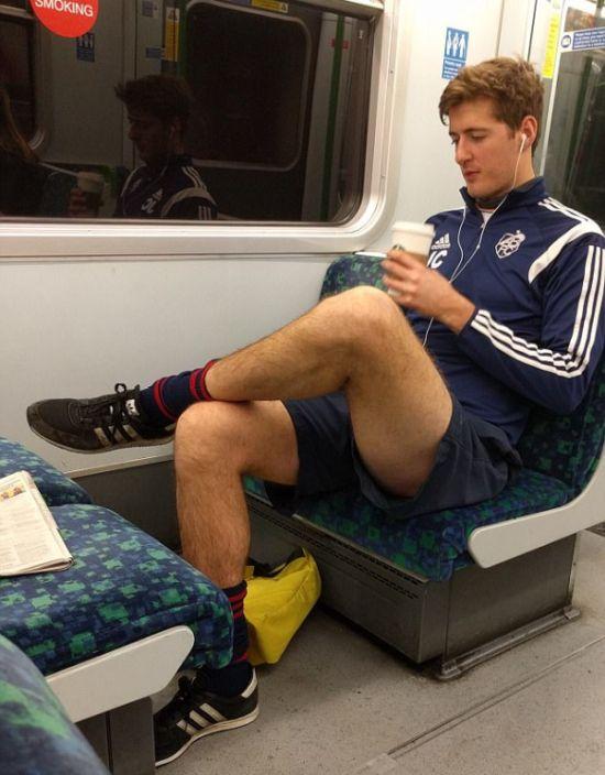 Девушки фотографируют мужчин в лондонском метро (24 фото)