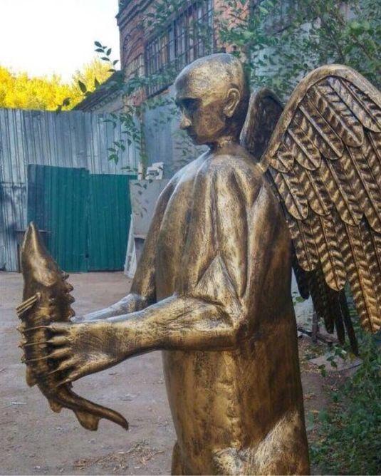 Астраханец изготовил скульптуру Путина в виде крылатого медведя с осетром в руках (4 фото + видео)