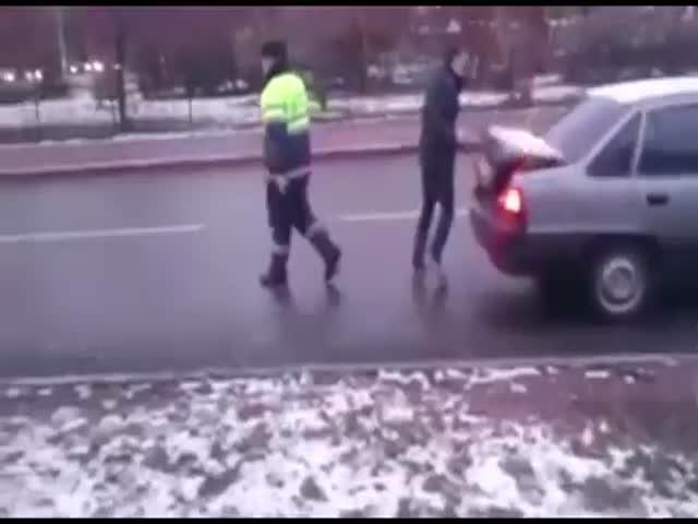 Полицейские начали душить гражданина, сделавшего им замечание за неправильную парковку