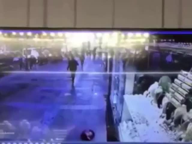 Турок прославился в сети после того как упал из-за надувного шара