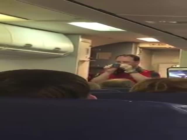 Стюарт развлек пассажиров сексуальным танцем во время инструктажа