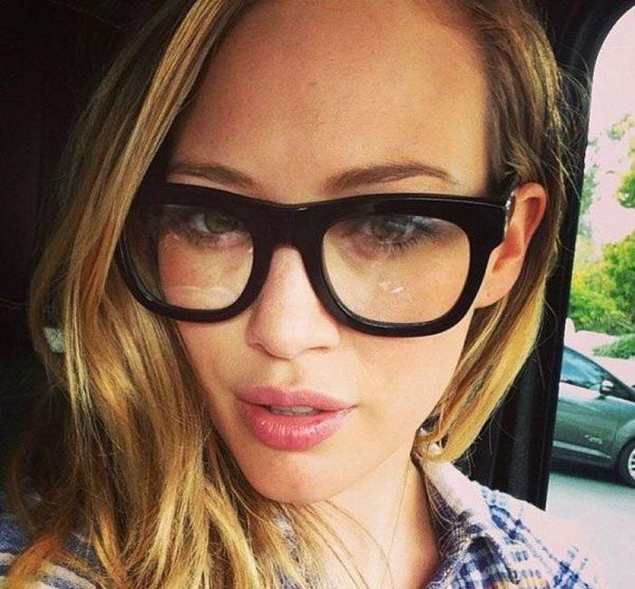 Прелестные девушки в очках (30 фото)
