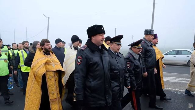 В Краснодаре сотрудники ГИБДД прошли крестным ходом по аварийному участку трассы (5 фото + видео)